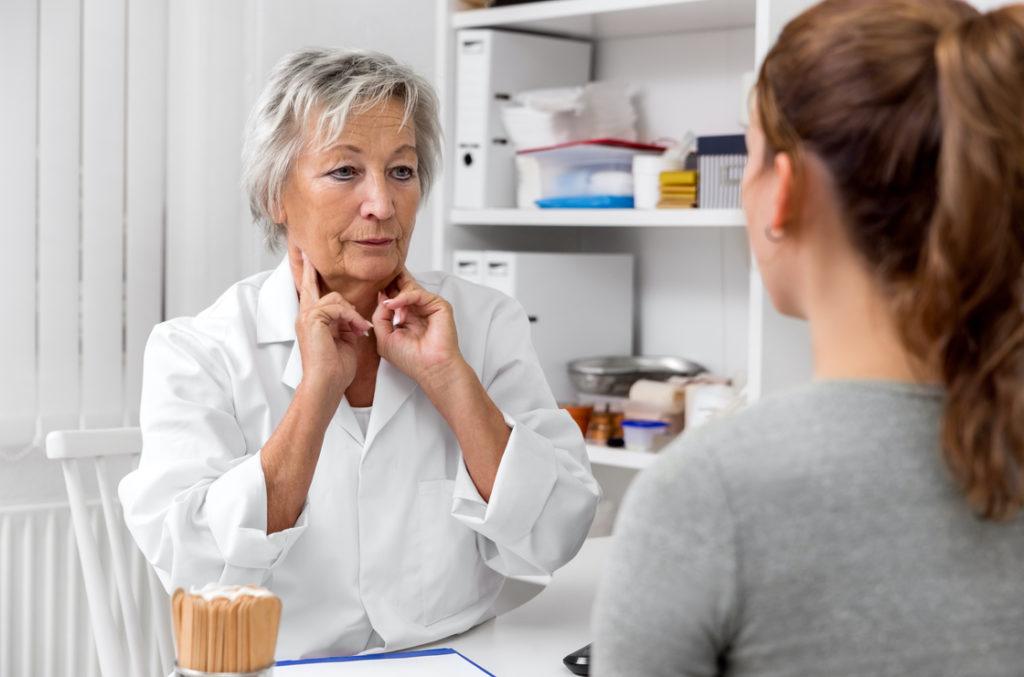 Pfeifferisches Drüsenfieber verursacht Lymphschwellungen am Hals - ein möglicher Verursacher vom chronsichen Erschöpfungssyndrom.