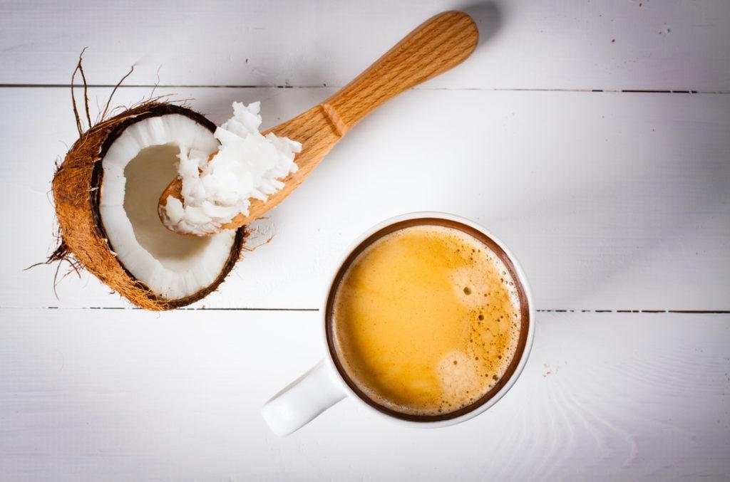 Der Bulletproof-Coffee, ein Kaffee oder Espresso, gemischt mit MCT-Öl. Eine gute Möglichkeit für  Gallensäureverlustsyndrom Ernährung.