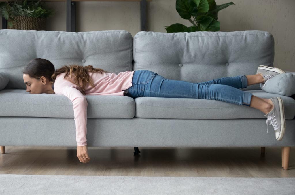 Müdigkeit und Erschöpfung sind ein Anzeichen von Hashimoto. Mit Hashimoto Ernährung lassen sich Symptome lindern.
