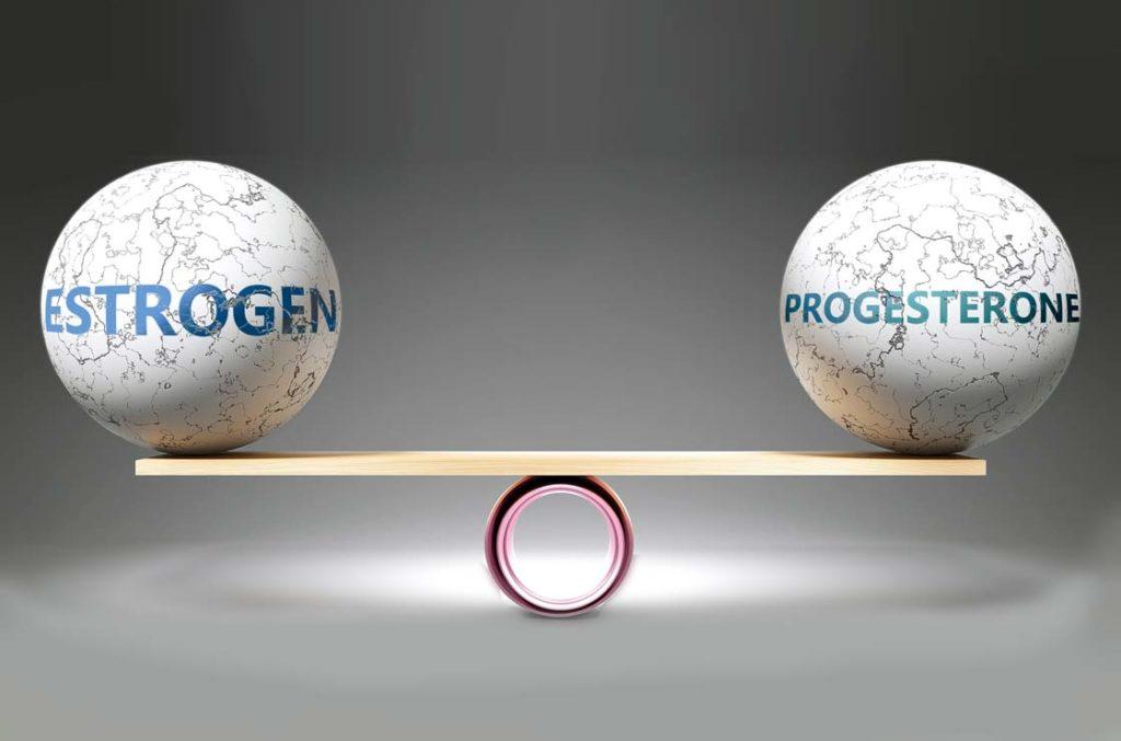 Estrogen und Progesterone geraten mit zunehmenden Alter in der Menopause aus dem Gleichgewicht.