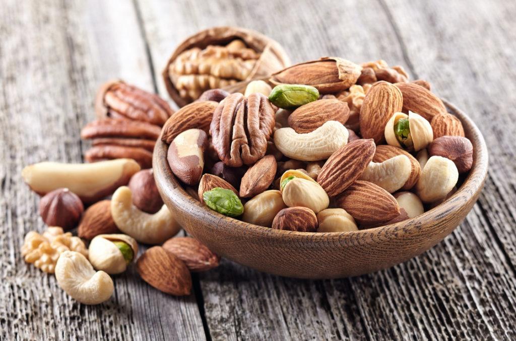 Gegen ein Fibromyalgie Syndrom helfen Vitamine und Omega-3 Fettsäuren. Einige davon sind auch in Nüssen enthalten.