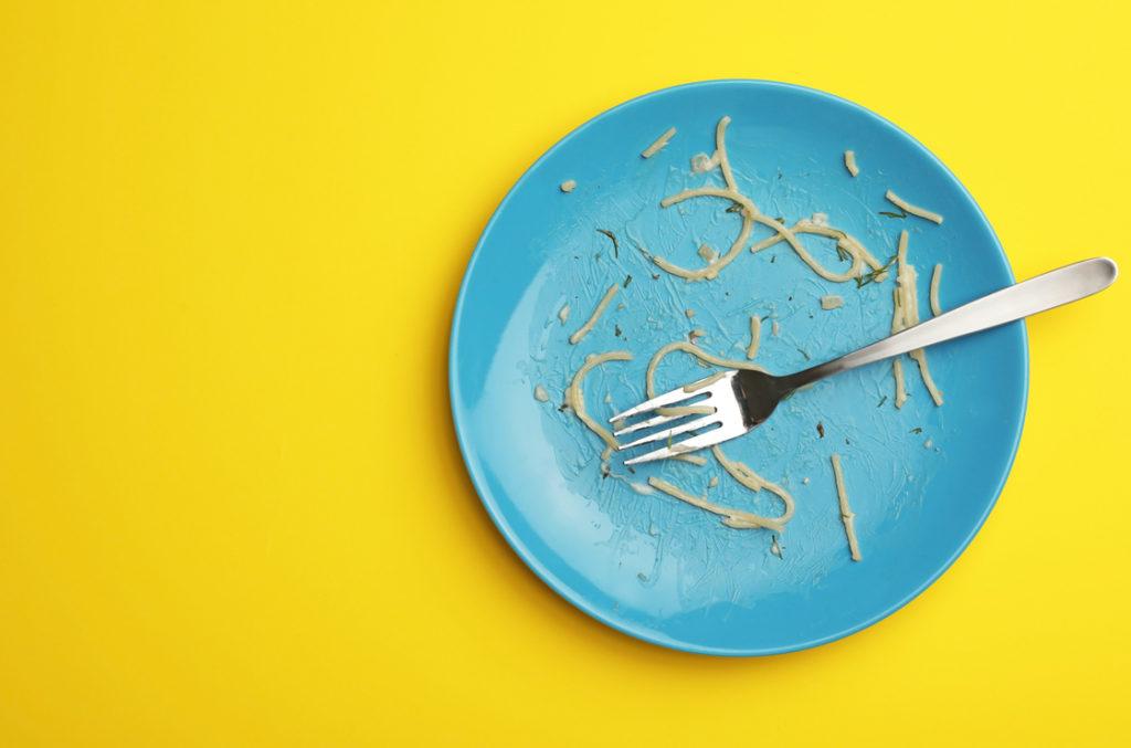 Vorgewärmte Teller und langsam Essen hilft bei Verdauungsstörungen.