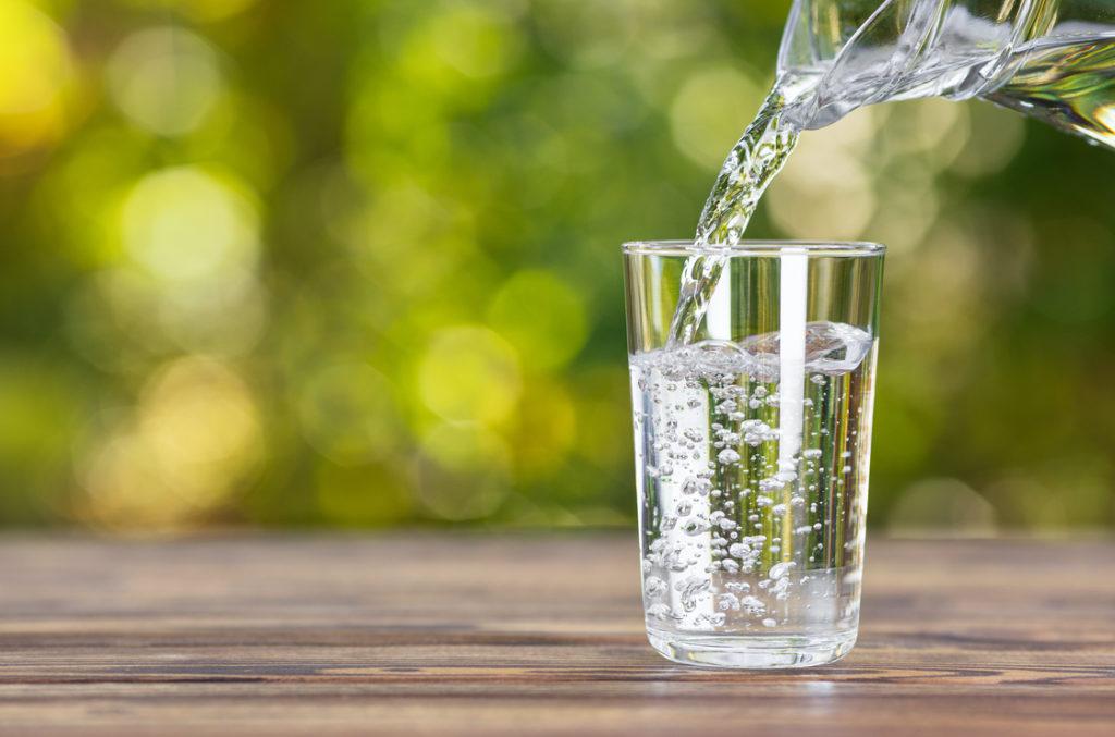 Durch die Menge an Wasser wird nicht nur der Magen gedehnt. Chemorezeptoren in Darm und Leber senden auch Signale ans Gehirn, das dann früher ein Sättigungsgefühl auslöst.