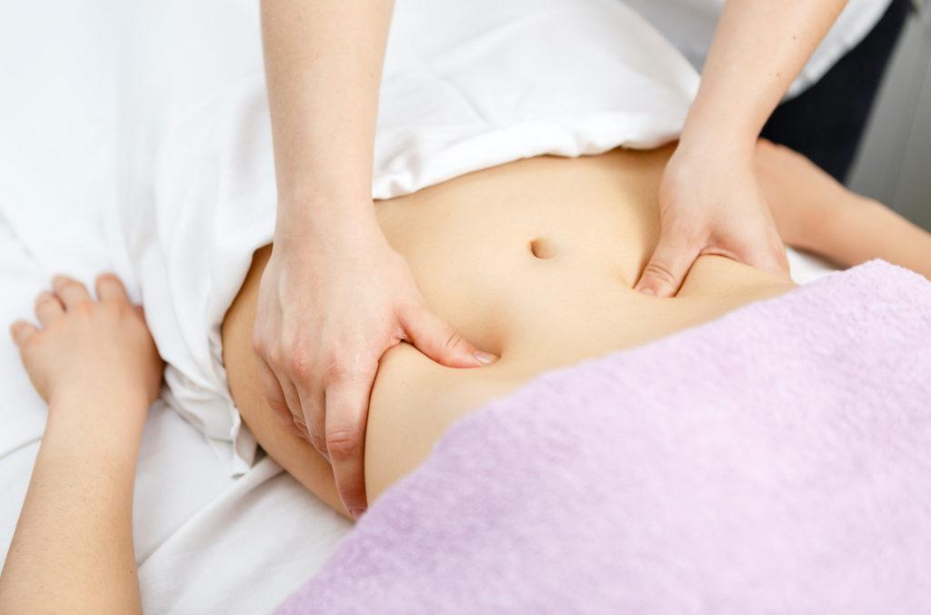 Bauchmassagen bei Mayr-Kur